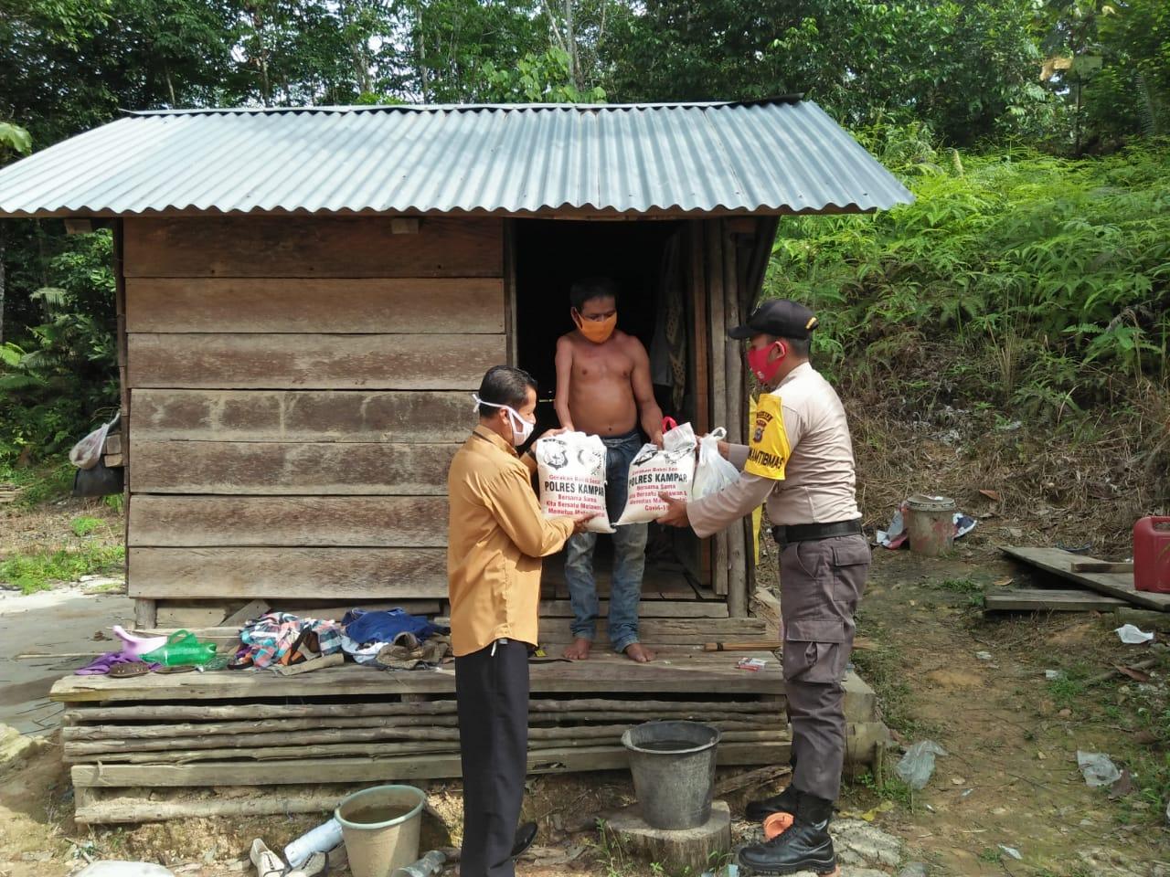 Kapolres Kampar Utus Bhabinkamtibmas Kirim Bantuan untuk Pak Udin di Desa Sei Silam