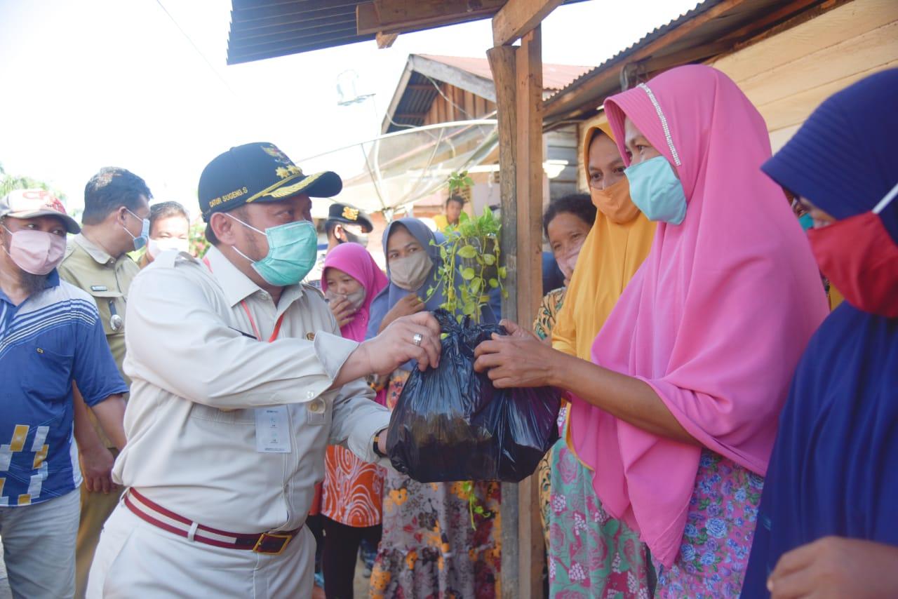 Bupati Kampar Memberikan Bantuan Sembako Kepada Kepala Keluarga Masyarakat Desa Suka Ramai