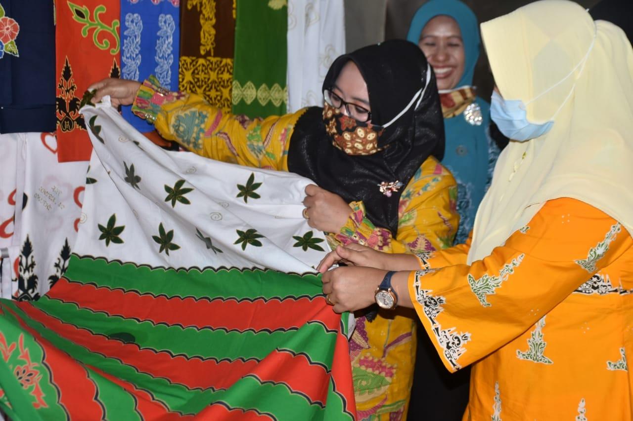 Ketua Dekranasda Kampar ke Rumah Batik Srikandi Sibuak Tapung