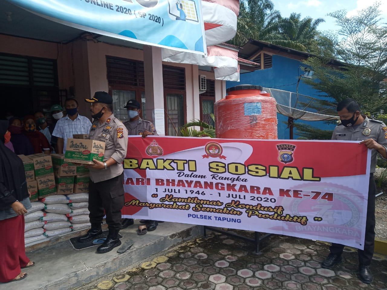 Polsek Tapung Gelar Bakti Sosial Hari Bhayangkara Ke – 74, Bagikan 20 Paket Sembako di Desa Indra Sakti