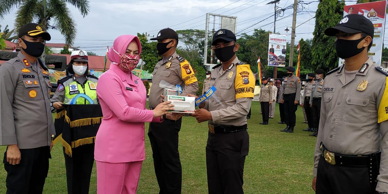 130 Bhabinkamtibmas di Kampar Terima Face Shield dan Sarung Tangan dari Ketua Bhayangkari Riau