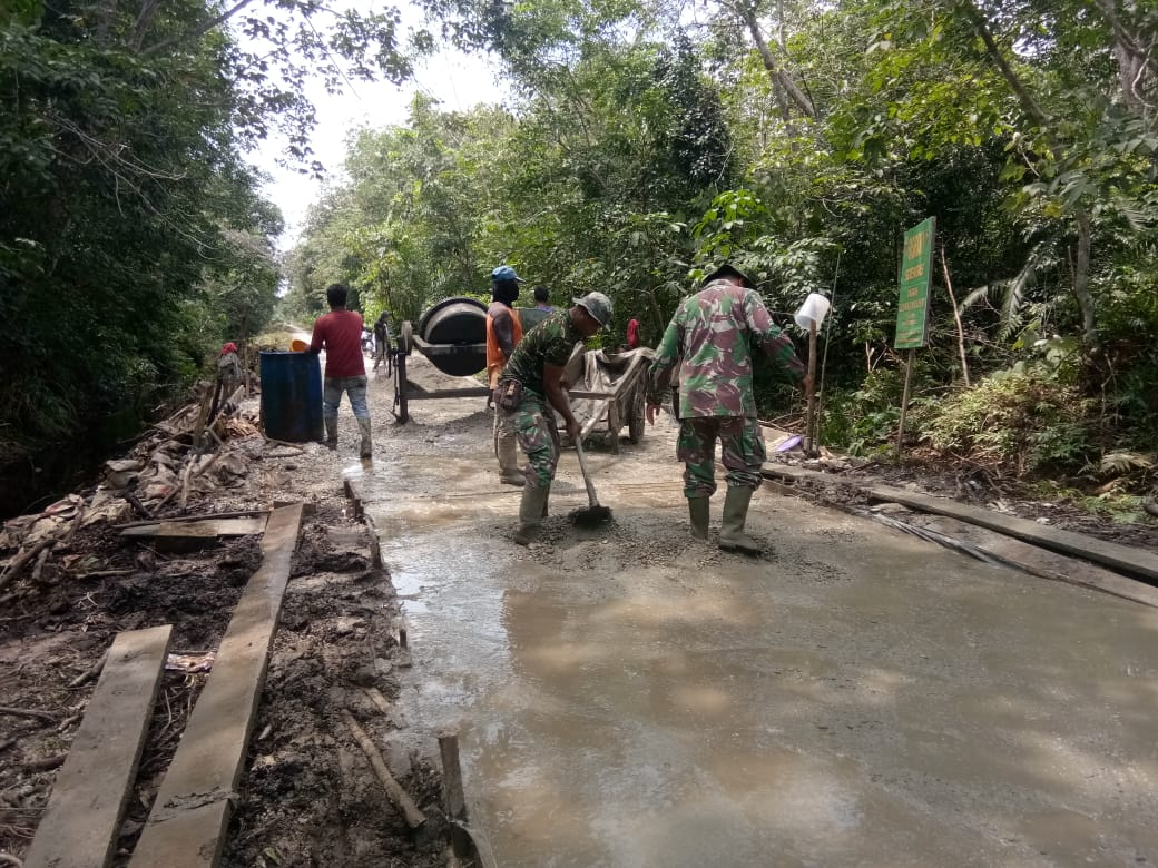 Kebersamaan Masyarakat Desa Api Api Bersama Satgas TMMD Ke-108 Kodim 0303/Bengkalis Terjalin Kompak