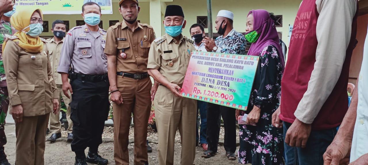 Bupati Pelalawan HM. Harris Menyerahkan Bantuan Langsung Tunai Dana Desa Di Dua Desa