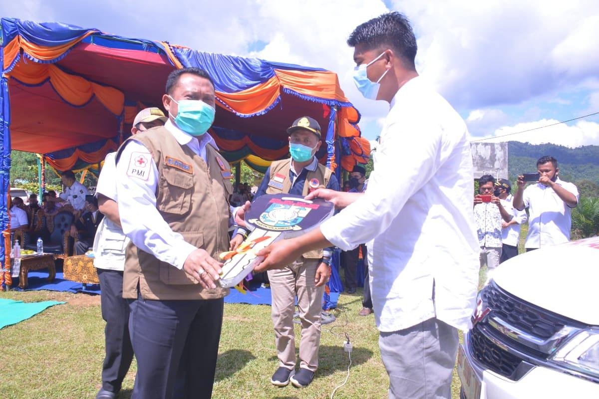 Bupati Kampar H.Catur Sugeng Susanto, Kembali Menyerahkan Ambulance Untuk Tiga Desa