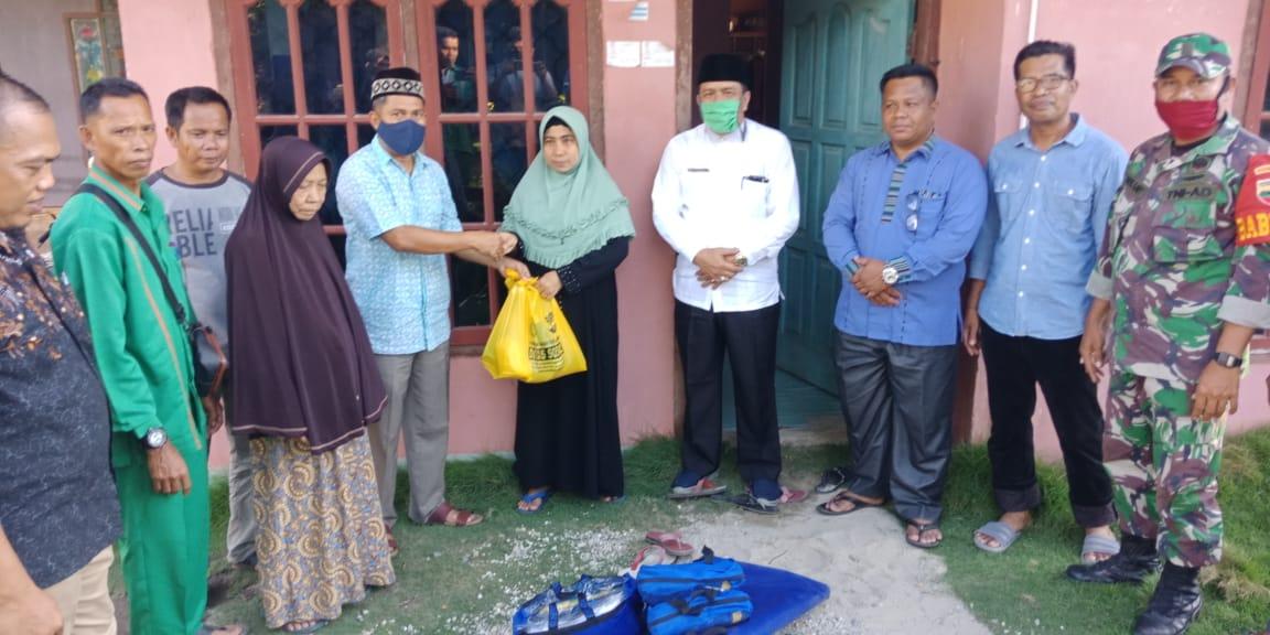 Dinas Sosial Kabupaten Pelalawan Salurkan Bantuan Kepada Korban Angin Puting Beliung Di Desa Tambun