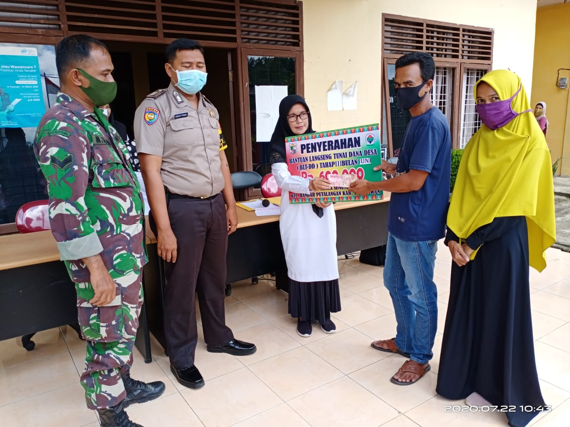 Kades Kuala Semundam Serahkan BLT Dana Desa Tahap Tiga