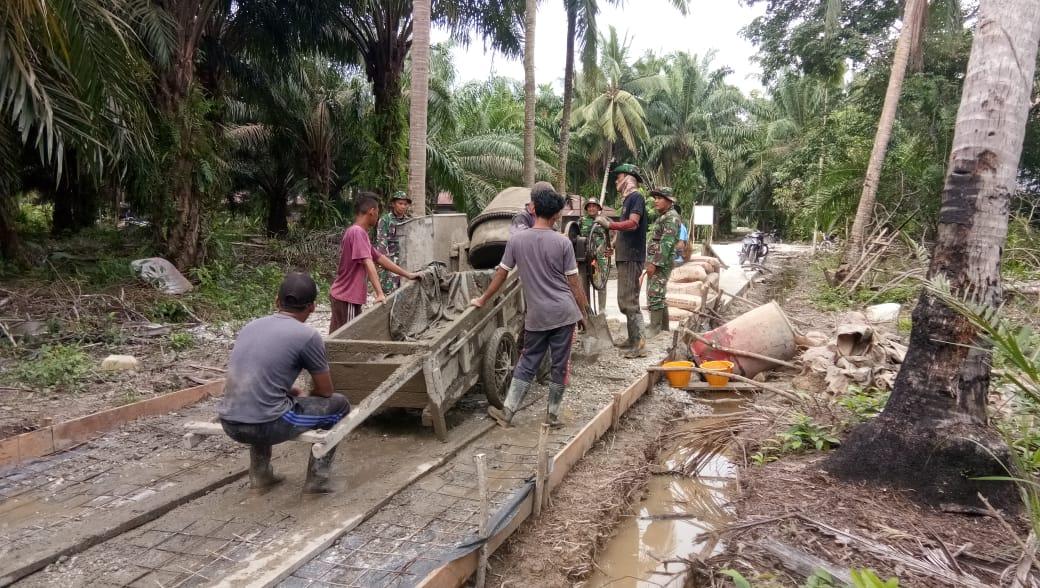 Satgas TMMD Ke 108 Kodim 0303/ Bengkalis Bersama Warga Desa Temiang Mengerjakan Semenisasi Jalan