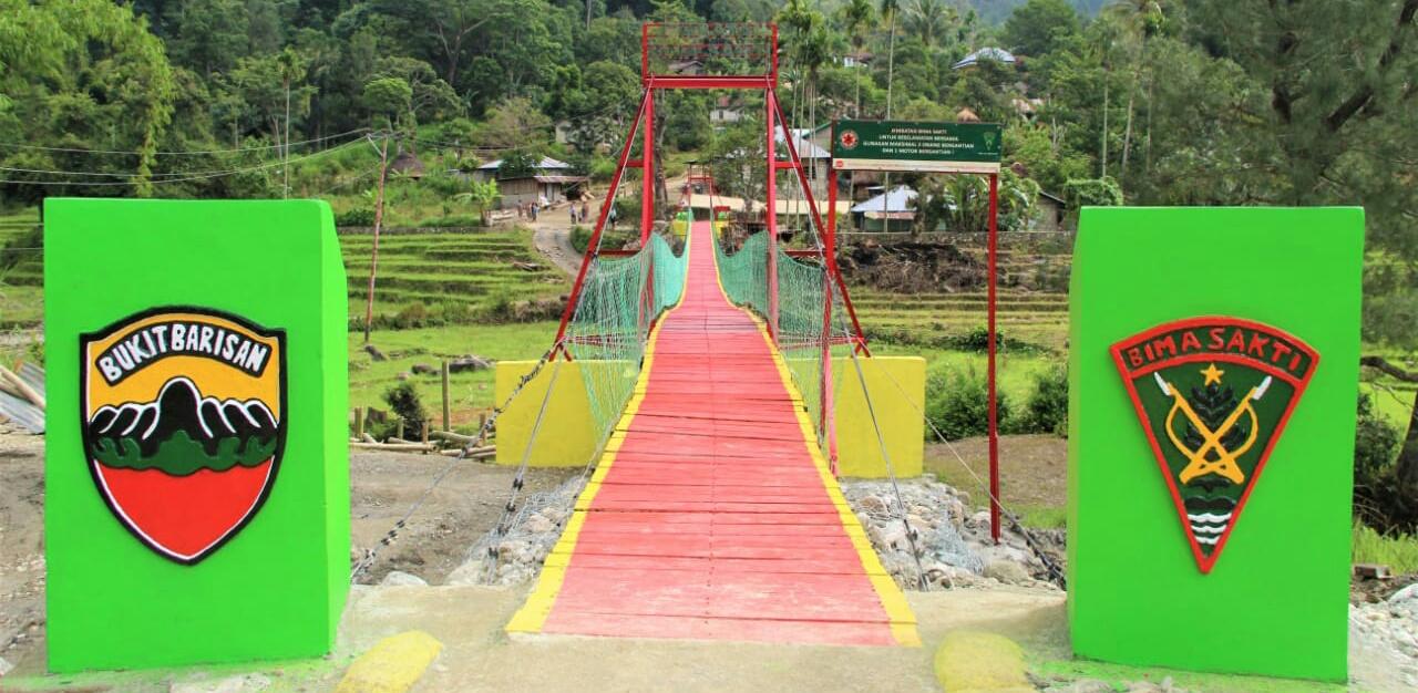 Satgas Pamtas RI-RDTL Yonif 132/BS Bangun Jembatan Gantung Yang Menghubungkan 2 Kabupaten di Desa Noepesu dan Bonleu