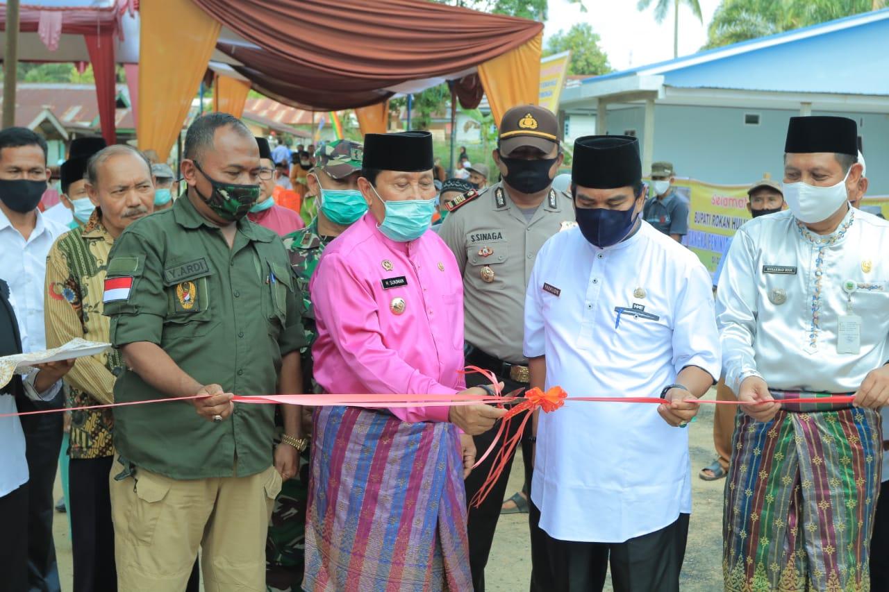 Kunker Ke Desa Puo Raya,Bupati Sukiman Resmikan Jalan Setapak Anggaran Desa